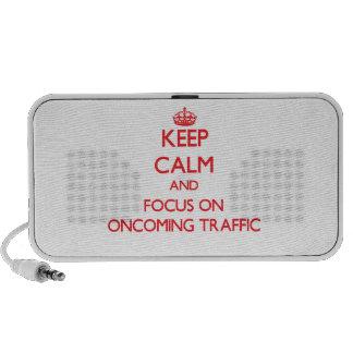 Guarde la calma y el foco en tráfico inminente laptop altavoces