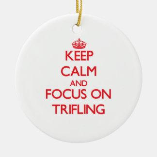 Guarde la calma y el foco en Trifling Adorno Para Reyes