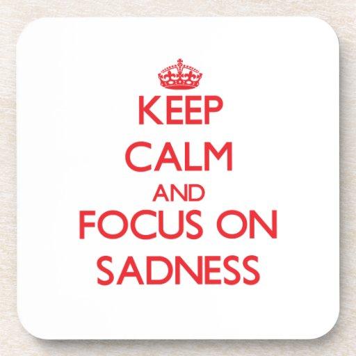 Guarde la calma y el foco en tristeza posavaso