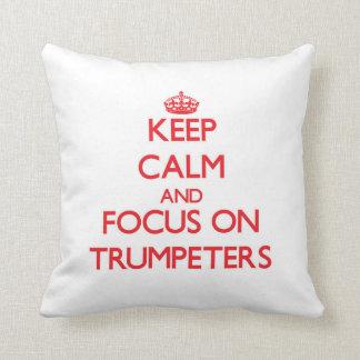 Guarde la calma y el foco en trompetistas almohada