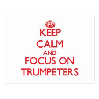 Guarde la calma y el foco en trompetistas tarjetas postales