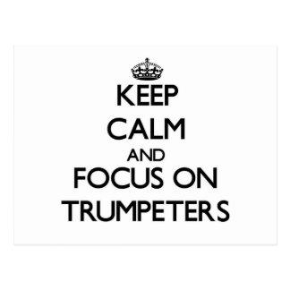Guarde la calma y el foco en trompetistas postal