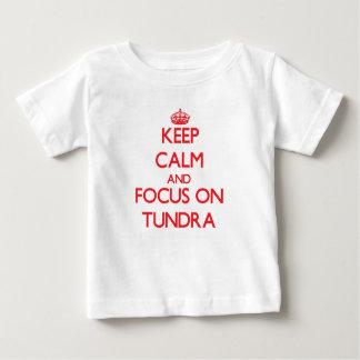 Guarde la calma y el foco en tundra remera