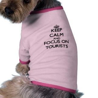 Guarde la calma y el foco en turistas camisas de perritos