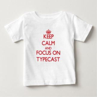 Guarde la calma y el foco en Typecast Playera
