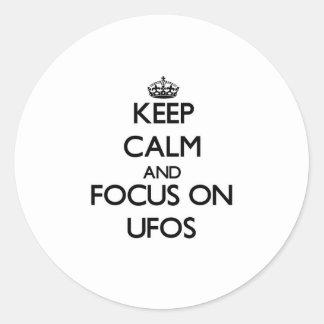 Guarde la calma y el foco en Ufos Etiqueta Redonda