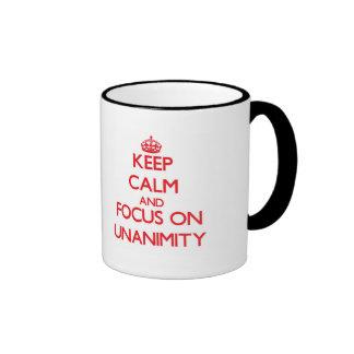 Guarde la calma y el foco en unanimidad taza de café