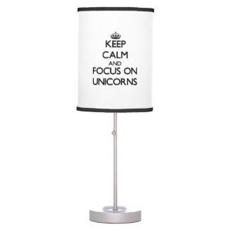 Guarde la calma y el foco en unicornios lámpara de escritorio