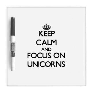 Guarde la calma y el foco en unicornios tablero blanco