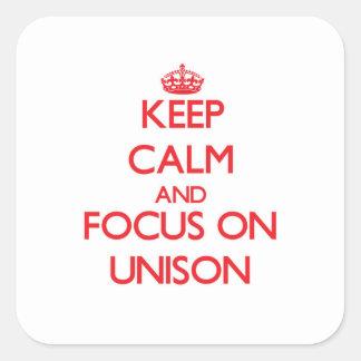 Guarde la calma y el foco en unísono pegatinas cuadradas personalizadas