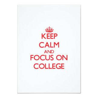 """Guarde la calma y el foco en universidad invitación 5"""" x 7"""""""