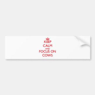 Guarde la calma y el foco en vacas etiqueta de parachoque