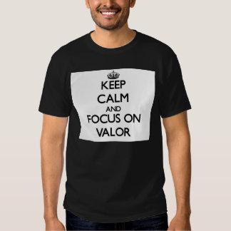 Guarde la calma y el foco en valor playeras