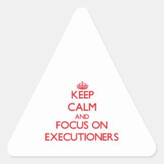 Guarde la calma y el foco en VERDUGOS Pegatina De Triangulo