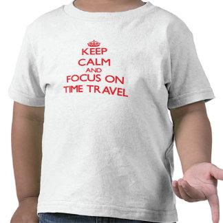 Guarde la calma y el foco en viaje del tiempo camisetas