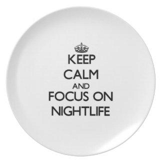 Guarde la calma y el foco en vida nocturna plato