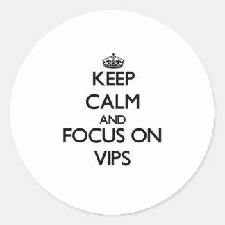 Guarde la calma y el foco en Vips Etiquetas Redondas