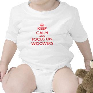 Guarde la calma y el foco en viudos traje de bebé