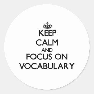 Guarde la calma y el foco en vocabulario pegatinas redondas