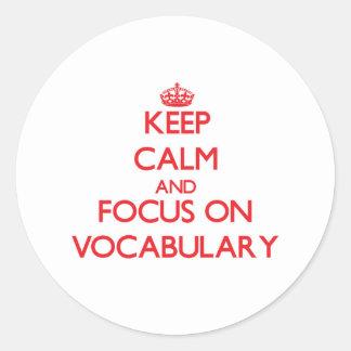 Guarde la calma y el foco en vocabulario pegatina redonda
