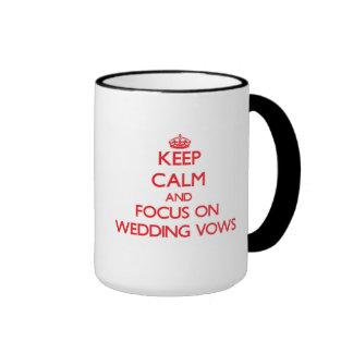 Guarde la calma y el foco en votos de boda taza