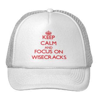 Guarde la calma y el foco en Wisecracks Gorros