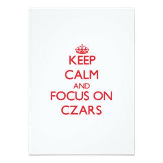 Guarde la calma y el foco en zares invitación 12,7 x 17,8 cm