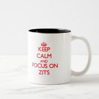 Guarde la calma y el foco en Zits Taza Dos Tonos