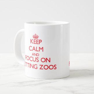 Guarde la calma y el foco en zoo-granja taza grande