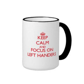 Guarde la calma y el foco en zurdos taza