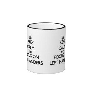 Guarde la calma y el foco en zurdos tazas