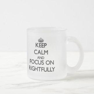 Guarde la calma y el foco encendido legítimo taza de café