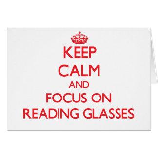 Guarde la calma y el foco sobre los vidrios de tarjeta de felicitación
