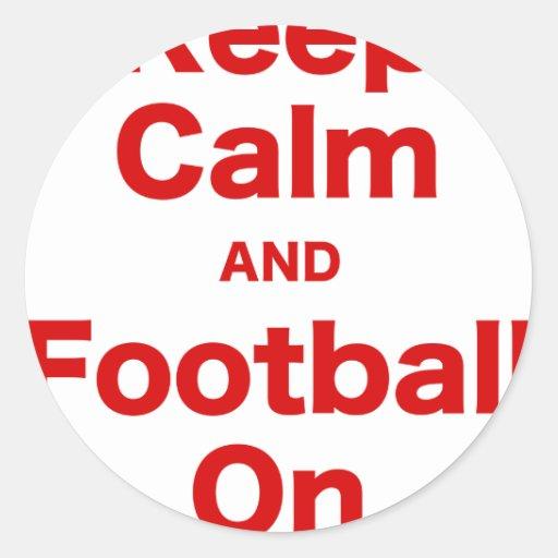 Guarde la calma y el fútbol encendido pegatina redonda
