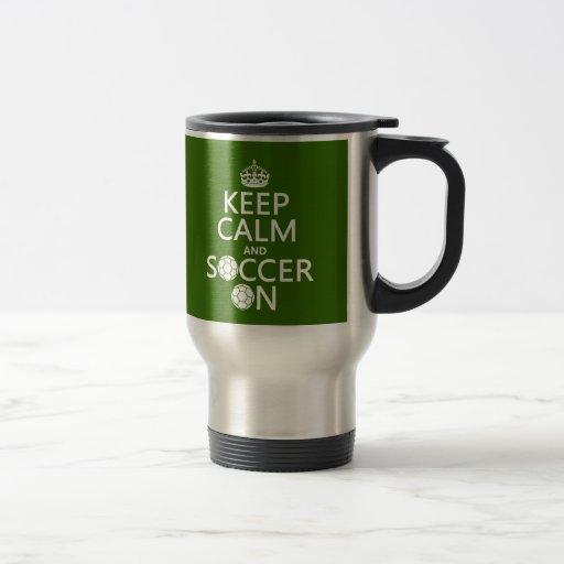 Guarde la calma y el fútbol encendido taza de viaje