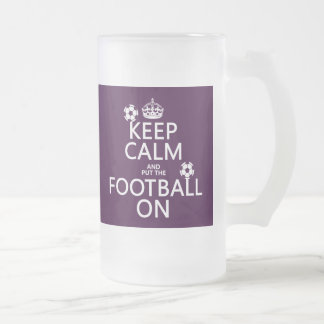 Guarde la calma y el fútbol (puesto) en (el jarra de cerveza esmerilada