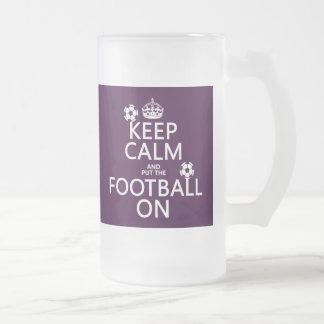 Guarde la calma y el fútbol puesto en el person taza