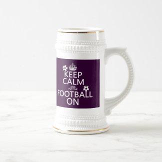 Guarde la calma y el fútbol (puesto) en (el person taza de café
