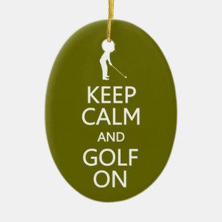 Guarde la calma y el golf en el ornamento de adorno navideño ovalado de cerámica