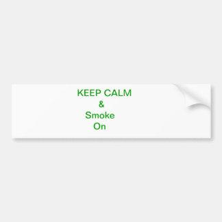 Guarde la calma y el humo encendido etiqueta de parachoque