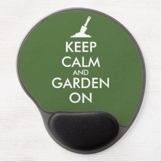 Guarde la calma y el jardín en personalizado de la alfombrilla con gel