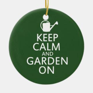 Guarde la calma y el jardín encendido adorno navideño redondo de cerámica