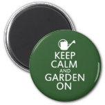 Guarde la calma y el jardín encendido imán de frigorífico