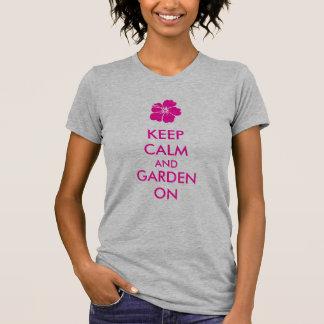 Guarde la calma y el jardín encendido camisetas