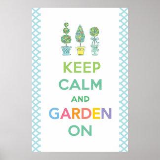Guarde la calma y el jardín encendido póster