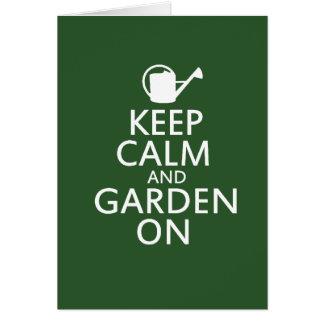 Guarde la calma y el jardín encendido tarjeta