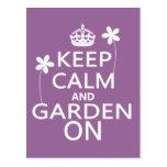 Guarde la calma y el jardín encendido tarjeta postal