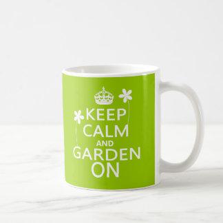 Guarde la calma y el jardín encendido taza