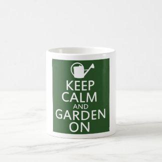 Guarde la calma y el jardín encendido taza de café