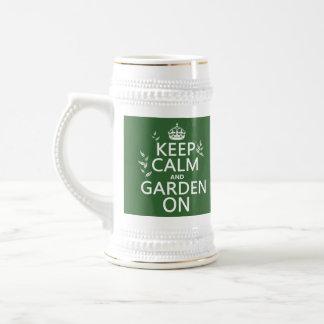 Guarde la calma y el jardín encendido - todos los jarra de cerveza